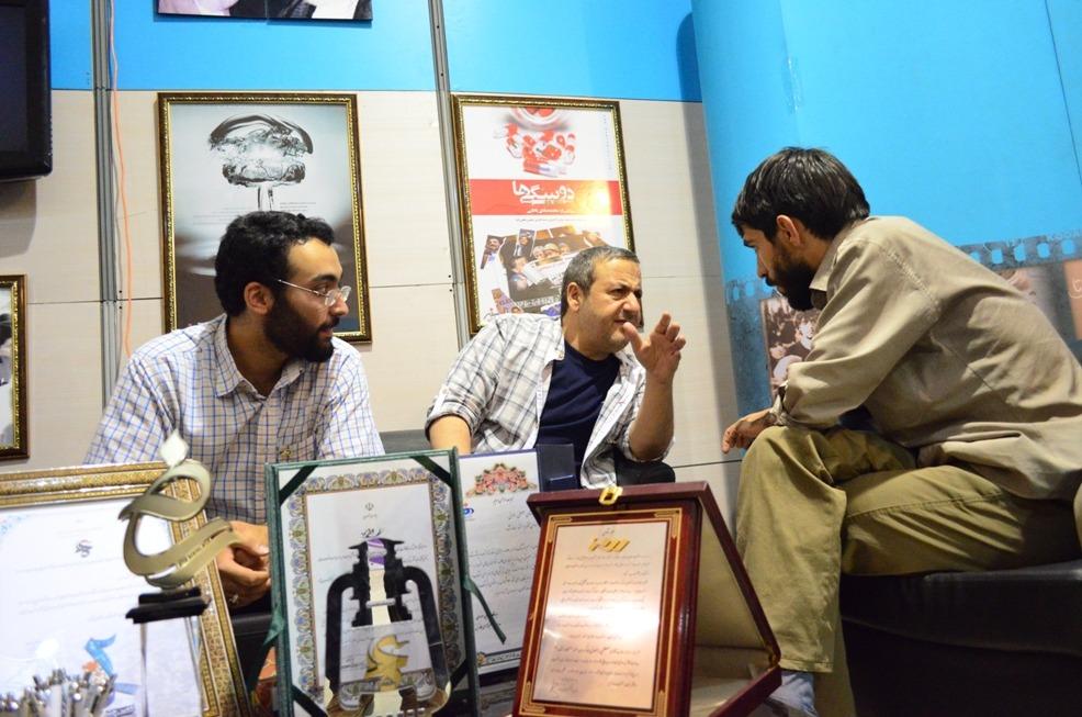 حضور ابوالقاسم طالبی در غرفه مرکز مستند سفیر