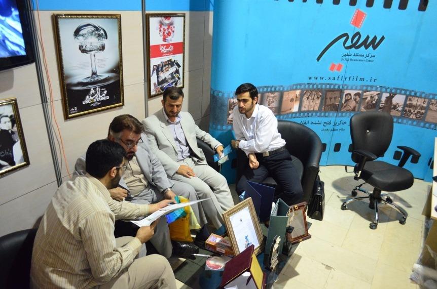 حضور فرج الله سلحشور در غرفه مرکز مستند سفیر