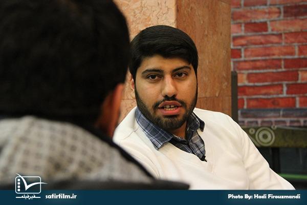 علی جمالی٬ کارگردان مستند «شکار طبس» در حال مصاحبه پس از اکران مستند